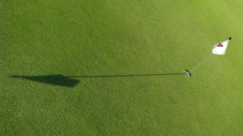 green with a flag on the 4th hole