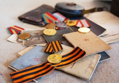 gold medals, coins, and documents from world war II in a Pennsylvania museum